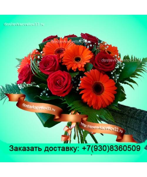 Бордовые розы с рыжими герберами