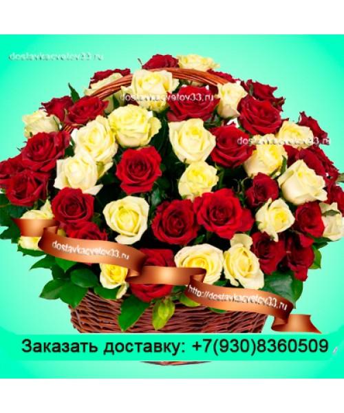 Корзина белых и красных роз